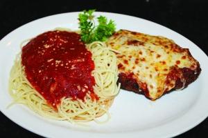 Baratta's serves a splendid chicken Parmesan
